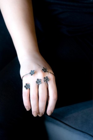 BAZAAR - BLACK DAISIES - Hand Accessory (1)