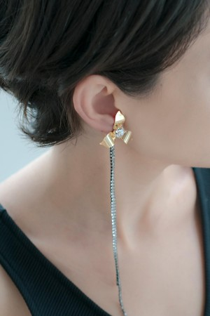 SHOW TIME - DIAMOND FLOWER - Mono Statement Earring (1)