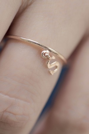 PETITE JEWELRY - LETTER CHARM - Initial Ring